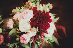 Dahlia Bouquet avec les fleurs rouges, roses et blanches Photographie stock