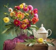 Dahliabukett och tea royaltyfri bild
