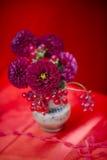 Dahlieblumen im Vase Stockbild