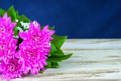 Dahlienblumenstrauß auf dem Tisch Stockfotos
