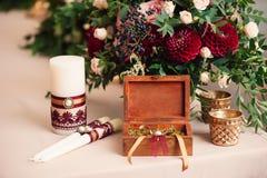 Dahliengrün der rosa Rosen des Blumenstraußes lässt rotes Kerze Lizenzfreies Stockbild