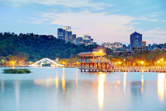 Dahu有一座传统曲拱桥梁的社区公园和由湖的一个东方亭子的一个美好的角落 免版税库存图片