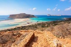 Dai punti apre una vista incredibile su un paesaggio con un mare di colore azzurrato, una sabbia e la spiaggia della montagna Una fotografia stock