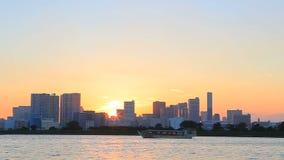 DAIBA TOKYO JAPAN - SEPTEMBER12: gesetzter Himmel der schönen Sonne am allgemeinen Park neben odaiba Hafen der meiste populäre re stock video footage