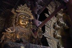 Daibutsu med Kokuzo Bosatsu i den stora Buddhakorridoren på Todaiji Royaltyfri Fotografi