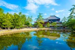 Daibutsuden正门门池塘反射H 库存图片