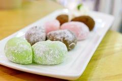 Daifuku är en japansk confection som består av en liten rund mochi som är välfylld med söt fyllning royaltyfri foto