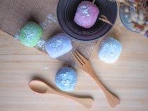 Daifuku, dessert del Giappone con il cucchiaio di legno su fondo di legno immagini stock libere da diritti