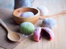 Daifuku, dessert del Giappone con il cucchiaio di legno su fondo di legno Fotografia Stock Libera da Diritti