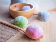 Daifuku, dessert du Japon avec la cuillère en bois sur le fond en bois Photo stock