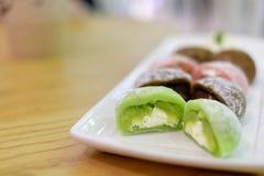 Daifuku, is een Japans gebak die uit een kleine ronde die mochi bestaan met het zoete vullen wordt gevuld stock foto's