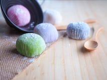 Daifuku, het dessert van Japan met houten lepel op houten achtergrond Stock Foto