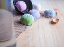 Daifuku, het dessert van Japan met houten lepel op houten achtergrond Stock Afbeelding