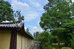 Daikakuji寺庙,京都日本石桥梁  免版税图库摄影