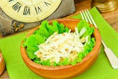从Daikon和鸡的饮食沙拉 背景玉米片食物健康宏观工作室白色 库存图片