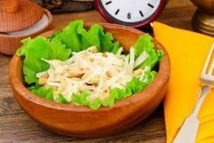 从Daikon和鸡的饮食沙拉 背景玉米片食物健康宏观工作室白色 免版税图库摄影