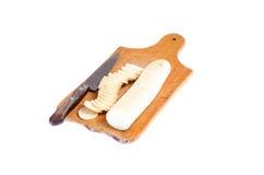 Daikon végétal découpé en tranches sur la fin en bois de planche à découper  Image libre de droits