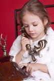 Dails da menina um número no telefone Imagens de Stock Royalty Free