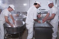 dairymen η μοτσαρέλα προετοιμάζει ποιων στοκ εικόνα με δικαίωμα ελεύθερης χρήσης
