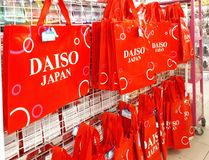 DAISO gatunku czerwień przetwarza torba na zakupy Fotografia Stock