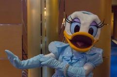 Daisy Duck en un vestido formal azul Imagenes de archivo