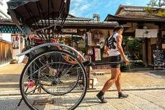 Daiunin Kyoto, Japan - Oktober 18, 2016: RICKSHAWMANNEN GÅR TILLBAKA TILL HANS STOLPE Royaltyfri Bild