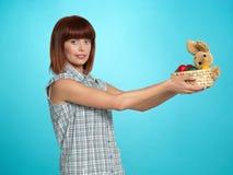 dają kobiet potomstwom Easter atrakcyjni koszykowi jajka Obrazy Stock