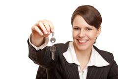 daje domu kluczowi nad uśmiechniętą kobietą Obraz Royalty Free