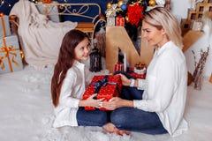 daje jej matki prezent dziewczyna obrazy royalty free