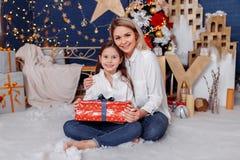 daje jej matki prezent dziewczyna zdjęcie royalty free