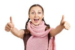 daje uśmiechniętym aprobatom gest dziewczyna Obrazy Stock