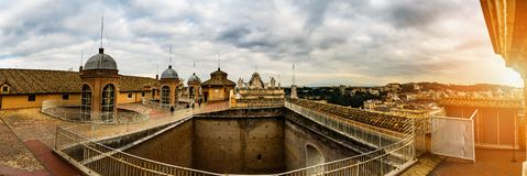 Dak bij St Peter Basilica in de Stad van Vatikaan stock foto