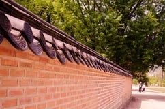 Dak bovenop de muur Royalty-vrije Stock Fotografie