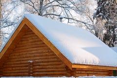 Dak dat door een sneeuw wordt behandeld Royalty-vrije Stock Foto's