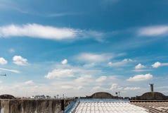 Dak en schoorsteen en blauwe hemel Stock Afbeeldingen