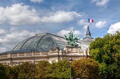 Dak en vlag van Grote Palais in Parijs, Frankrijk Royalty-vrije Stock Foto's