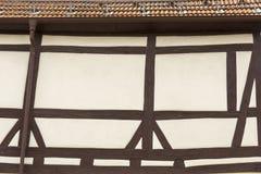 Dak en voorgevel van een huis met typische half betimmerde stijl stock foto's