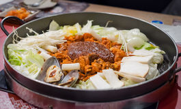 Dak Galbi, кореец stir-зажарило мясо и морепродукты в пряном соусе Стоковая Фотография