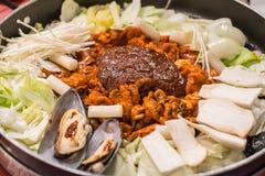 Dak Galbi, carne in padella coreana e frutti di mare in salsa piccante Fotografia Stock Libera da Diritti