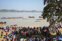 Dak Lak,越南- 2017年3月12日:传统独木舟和大象赛跑的节日在Lak湖在Dak Lak,中心hig 免版税库存图片