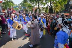 Dak Lak,越南- 2017年3月10日:执行者穿进行一个传统舞蹈的传统服装在组织的活动在Buon 免版税图库摄影