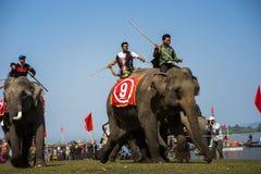 Dak Lak,越南- 2017年3月12日:由Lak湖的大象赛跑的节日在Dak Lak,越南的中心高地 免版税库存图片
