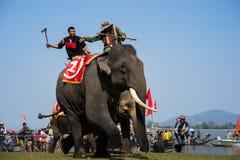 Dak Lak,越南- 2017年3月12日:由Lak湖的大象赛跑的节日在Dak Lak,越南的中心高地 库存照片