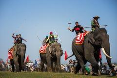 Dak Lak,越南- 2017年3月12日:由Lak湖的大象赛跑的节日在Dak Lak,越南的中心高地 免版税图库摄影