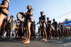 Dak Lak,越南- 2017年3月10日:越南少数族裔人民穿进行一个传统舞蹈的传统服装在  图库摄影