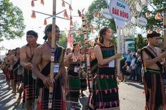 Dak Lak,越南- 2017年3月10日:越南少数族裔人民穿进行一个传统舞蹈的传统服装在  库存照片