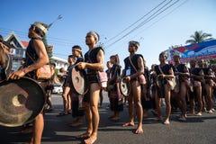 Dak Lak Vietnam - Mars 10, 2017: Det vietnamesiska folket för etnisk minoritet bär traditionella dräkter som utför en traditionel royaltyfri fotografi