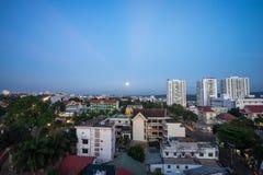 Dak Lak, Vietnam - 12 mars 2017 : Vue aérienne d'horizon de Buon mA Thuot Buon je Thuot par la période de coucher du soleil, la c Image stock