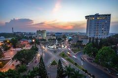 Dak Lak, Vietnam - 12 mars 2017 : Vue aérienne d'horizon de Buon mA Thuot Buon je Thuot par la période de coucher du soleil, la c Photographie stock