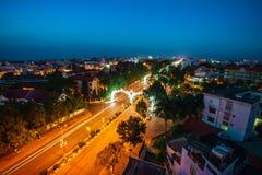 Dak Lak, Vietnam - 12 marzo 2017: Vista aerea dell'orizzonte di Buon mA Thuot Buon me Thuot entro il periodo di tramonto, la capi Fotografia Stock Libera da Diritti